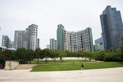 Азия, Китай, Пекин, финансовый район CBD центральный, парк CBD исторический и культурный, зеленого космоса и здания Стоковое Изображение RF