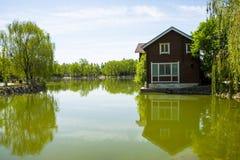 Азия, Китай, Пекин, yangshan парк, вид на озеро, деревянные дома Стоковые Изображения RF