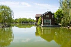Азия, Китай, Пекин, yangshan парк, вид на озеро, деревянные дома Стоковая Фотография RF