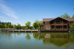 Азия, Китай, Пекин, yangshan парк, вид на озеро, деревянные дома Стоковые Фотографии RF