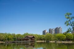 Азия, Китай, Пекин, yangshan парк, вид на озеро, деревянный дом Стоковая Фотография