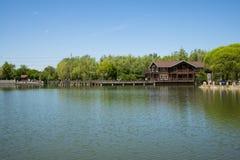Азия, Китай, Пекин, yangshan парк, вид на озеро, деревянный дом Стоковое Изображение