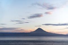Азорские островы - взгляд над водой к вулкану Pico в свете вечера стоковые изображения rf