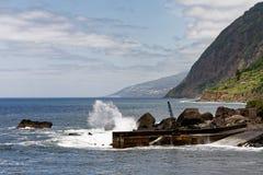 Азорские островы - сильный прибой на севере Sao Джордж острова стоковое фото rf