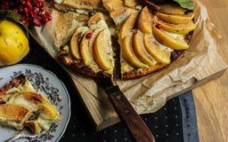Айва флана с циннамоном и клюквами custard Печенье Shortcrust Пирог в разделе Чай стоковые изображения