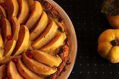 Айва флана с циннамоном и клюквами custard Печенье Shortcrust Пирог в разделе Чай стоковые изображения rf