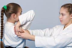 Айкидо практики 2 девушек Стоковое Фото