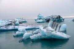Айсберги в лагуне Jokulsarlon красивой ледниковой в Исландии Jokulsarlon известное назначение перемещения в PA Vatnajokull национ стоковые фотографии rf