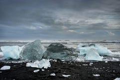 Айсберги плавая в ледниковое озеро Jokulsarlon на заходе солнца в Icela Стоковое фото RF