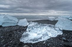 Айсберги помыли на пляж отработанной формовочной смеси в Исландии стоковые изображения rf
