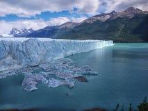 Айсберги эффектно телятся в озеро стоковое изображение rf