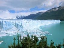 Айсберги эффектно телятся в озеро стоковые фото