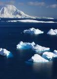 Айсберг, приантарктическая гора в снежке стоковые фотографии rf