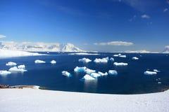 Айсберг, приантарктическая гора в снежке стоковое изображение rf