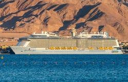 АКАБА, ДЖОРДАН - 19-ОЕ МАЯ 2016: Королевское карибское международное туристическое судно, овация морей Стоковое Изображение RF