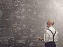Академичный профессор уча и держа книге стоковые изображения