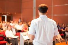 Академичный профессор читая лекцию на факультете стоковое фото