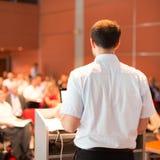 Академичный профессор читая лекцию на факультете стоковые изображения