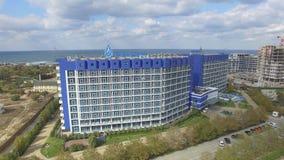 Аквамарин и Aqua гостиничного комплекса паркуют Zurbagan в парке победы Севастополя Стрельба от воздуха сток-видео