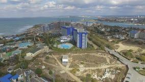 Аквамарин и Aqua гостиничного комплекса паркуют Zurbagan в парке победы Севастополя Стрельба от воздуха видеоматериал