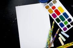 Акварели и карандаши на черной предпосылке Взгляд сверху Скопируйте sp Стоковые Фото
