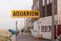 Аквариум подписывает сверх длинную дорожку вдоль пляжа в Орегоне Стоковые Фотографии RF