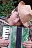 аккордеони шлема подросток игрока outdoors Стоковое Изображение RF