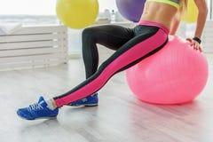 Аккуратная молодая женщина в фитнес-клубе Стоковые Изображения RF