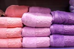 Аккуратно сложенные полотенца в стоге стоковое фото rf