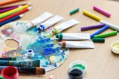 Акриловый цвет или трубки и палитра краски Стоковое Изображение
