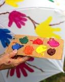 Акриловая цветовая палитра для того чтобы покрасить поверхность зонтика Стоковое фото RF