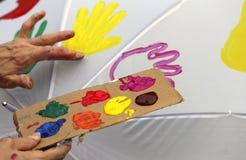 Акриловая цветовая палитра для того чтобы покрасить поверхность зонтика Стоковая Фотография