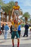 Акробаты улицы усмехаясь, одетый в смешных одеждах Стоковое Изображение
