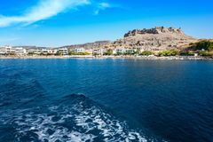 Акрополь и деревня Lindos, взгляда от моря Родоса, Греции стоковые изображения rf