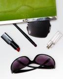 Аксессуары взгляд сверху для женщины Стильные солнечные очки, зеленая сумка, губная помада, дух, фасонируют плоское положение на  Стоковые Фото
