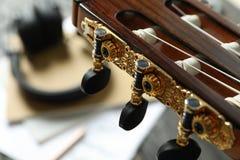 Аксессуары головы шеи и создателя музыки против деревянной предпосыл стоковая фотография