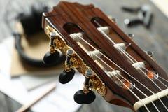 Аксессуары головы шеи и создателя музыки против деревянной предпосыл стоковое фото
