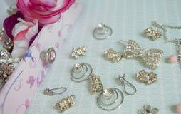 Аксессуары девушки около ларца Hairpins, серьги, кольца Стоковое Изображение
