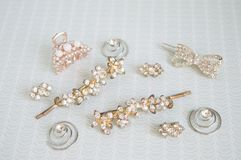 Аксессуары девушки около ларца Hairpins, серьги, кольца Стоковые Фото