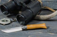 Аксессуары для охотиться Бинокли, нож и компас Стоковые Изображения RF