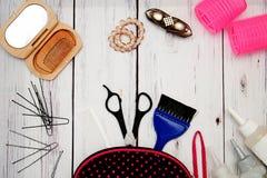 Аксессуары для стилей причёсок и стрижек на деревянной предпосылке стоковая фотография rf