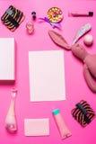 Аксессуары девушки на розовой предпосылке Стоковое Фото