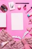 Аксессуары девушки на розовой предпосылке Стоковая Фотография RF