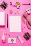 Аксессуары девушки на розовой предпосылке Стоковые Фотографии RF