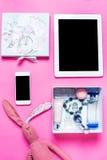 Аксессуары девушки на розовой предпосылке Стоковые Изображения