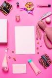 Аксессуары девушки на розовой предпосылке Стоковое Изображение