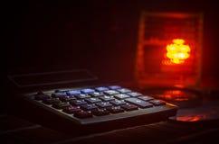 Аксессуары дела (увеличитель, калькулятор) и графики, таблицы, диаграммы на таблице с темной предпосылкой Селективный фокус Стоковое Фото