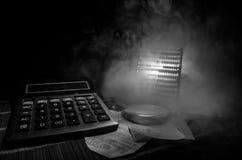Аксессуары дела (увеличитель, калькулятор) и графики, таблицы, диаграммы на таблице с темной предпосылкой Селективный фокус Стоковая Фотография