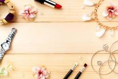 Аксессуары женщин с деревянной предпосылкой Взгляд сверху Стоковое Изображение RF