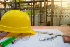 аксессуары инженерства и конструкции, шлем безопасности, отвертка, тестер основ отверток, план строительства и машинист s Стоковые Изображения RF